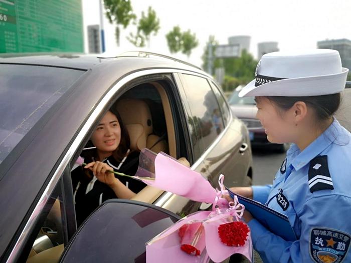 """女生交警""""假装""""查车实则高速女驾驶员:太a女生了!米六一岁正常吗送花12图片"""