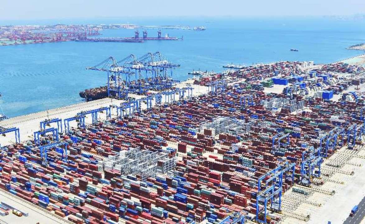 青岛港自动化码头在全球港口首次实现陆侧全自动收箱作业
