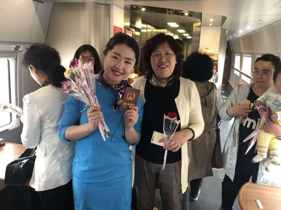 温情高铁 母爱前行,青岛发出的高铁上鲜花献给妈妈