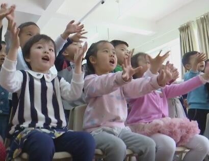 """100秒丨""""我爱妈妈"""" 3岁小朋友用稚嫩童声给妈妈""""献礼"""""""