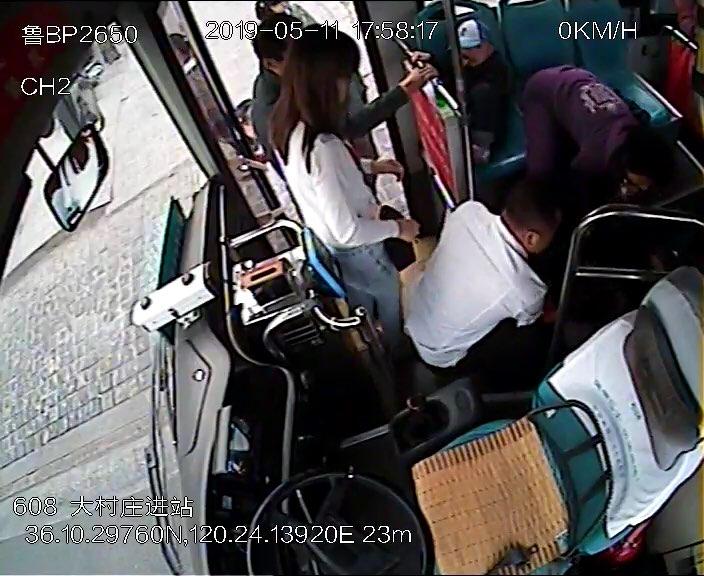 暖心!青岛公交上一乘客突发癫痫晕倒 司机紧急急救
