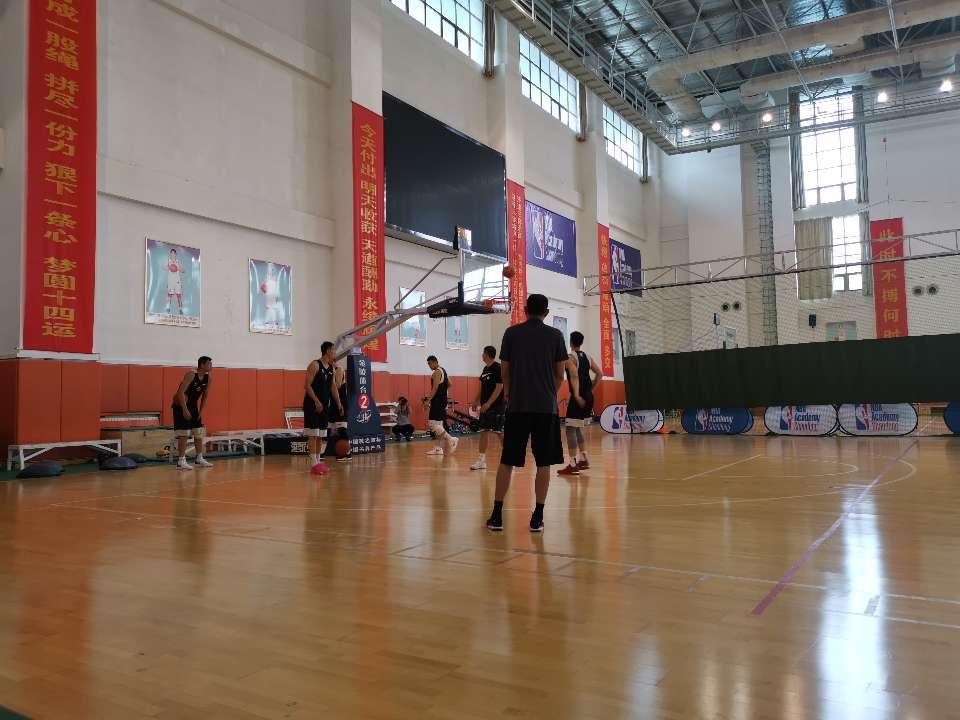 山东男篮备战教练组迎来新面孔 13名队员亮相训练场