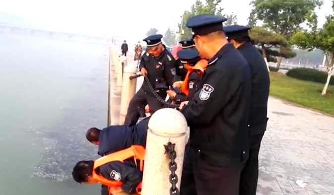 39秒丨淄博一女子翻过护栏跳入太公湖 十名保安紧急救援