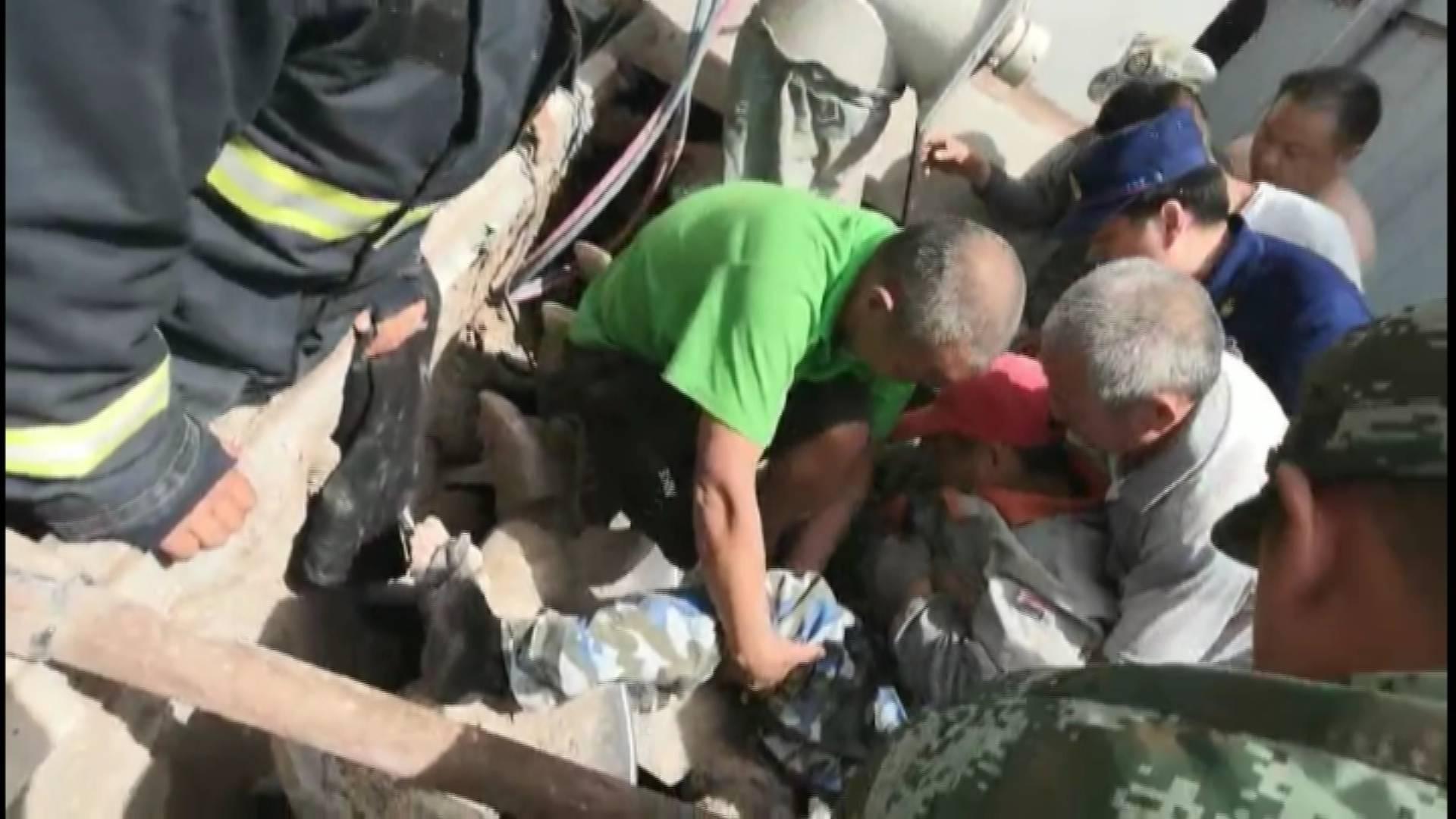 30秒丨工人不慎坠入搅拌机!身体被卡!济南消防紧急救援