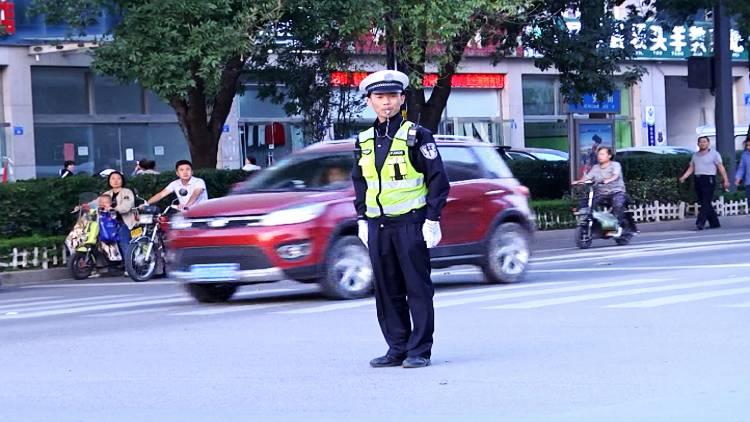 """48秒丨飞速""""抢黄灯""""潍坊这辆""""碰碰车""""5秒内连撞两车"""