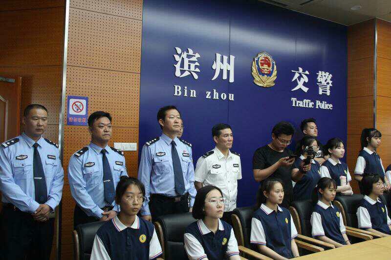 """滨州:警营开放日 市民学生走进警营体验""""警彩"""""""