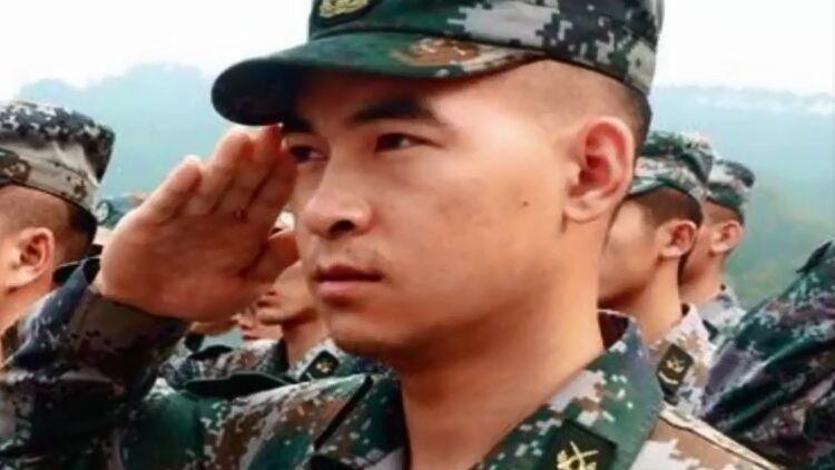泪目!向习主席敬特殊军礼的断臂战士,竟是这样的英雄