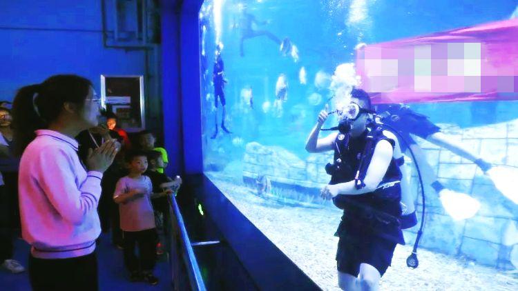 """36秒丨只为几分钟不惜苦练半年 寿光小伙浪漫上演""""水下求婚"""""""