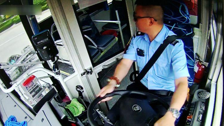 """63秒丨女子骑车受伤倒地 潍坊公交司机与乘客一起筑起了""""防护人墙"""""""