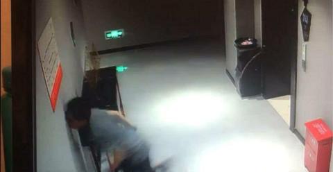 18秒丨这位反诈骗民警10天抓捕36名嫌疑人,却晕倒在办公驻地……