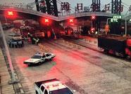 因对高速公路收费不满 两男子将车堵在收费站出口长达70余分钟