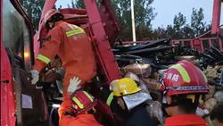 60秒 清晨货车追尾沥青罐车 聊城消防紧急救援