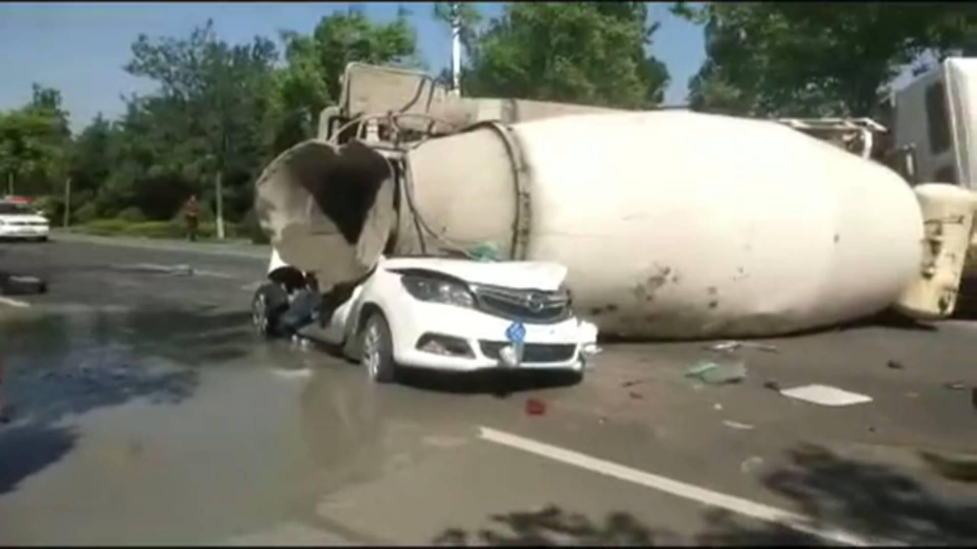 36秒丨突发!青岛即墨一水泥搅拌车侧翻 两辆小轿车被压