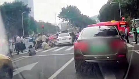 现场监控曝光! 广州天河区一小车突然加速撞向斑马线上行人