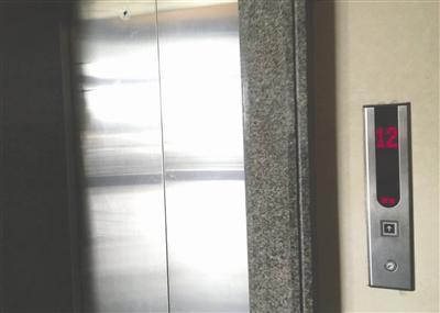 惊险!电梯突然停靠致两儿童被困电梯厅 物业、电梯公司均称正常