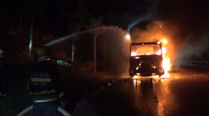 36秒 | 满载木屑半挂车凌晨突发大火 临沂消防及时救援