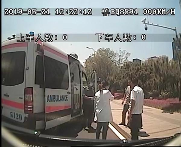青岛:乘客车上突晕厥  公交车和120顺利对接送乘客就医