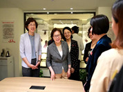 黄晓薇在山东看望慰问革命老区儿童并调研妇女工作