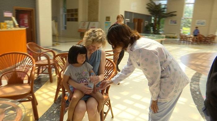 44秒 | 中国小女孩被美国夫妇收养 5岁来济南寻亲