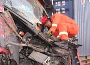 两货车相撞致一人被困 昌乐消防紧急出动救援