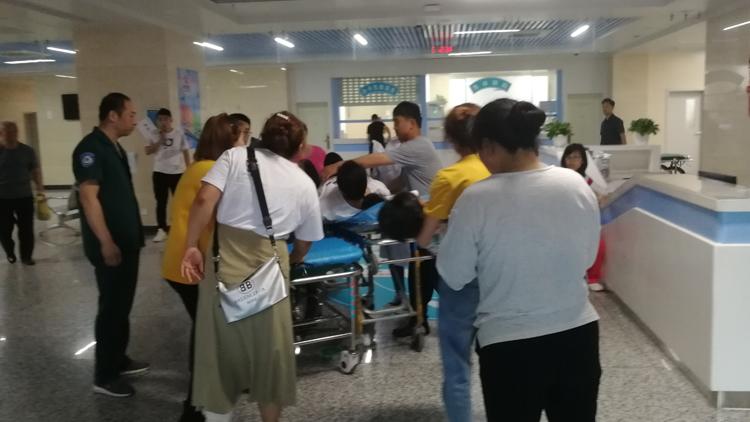 33秒丨滨州一女童车祸受伤昏迷 民警护送及时就医脱离危险