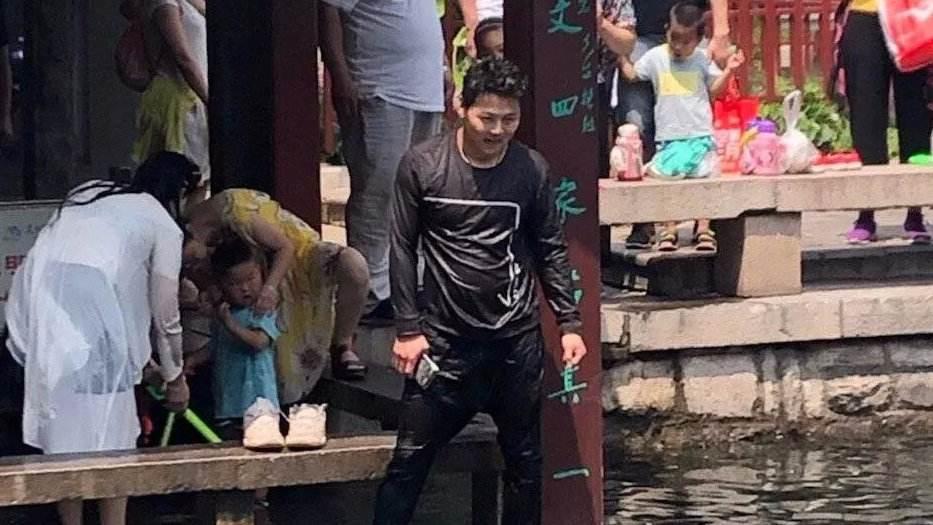 70秒丨母子落水挣扎呼救 济宁小伙纵身跃入五龙潭