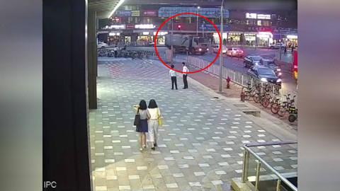 49秒丨广州一外卖小哥被拖行 超市小哥追车翻护栏救人