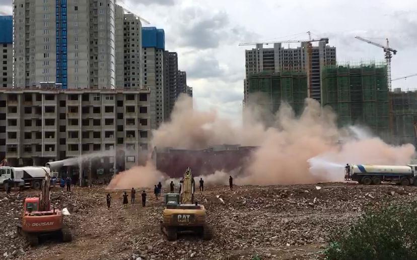 """34秒丨8层大楼瞬间倒塌 山东台""""淡定姐""""眼睛不眨完成播报"""