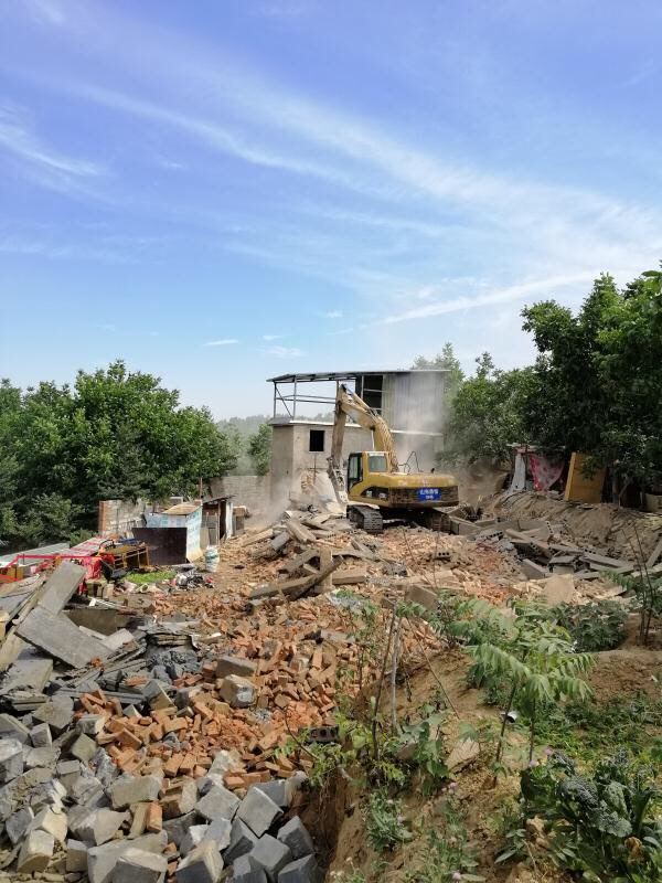 济南港沟街道拆除违建房屋20余处 多数坐落在果树林中