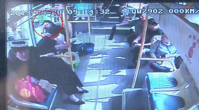 64秒丨孕妇车上晕倒 临沂公交车化身救护车直接送医