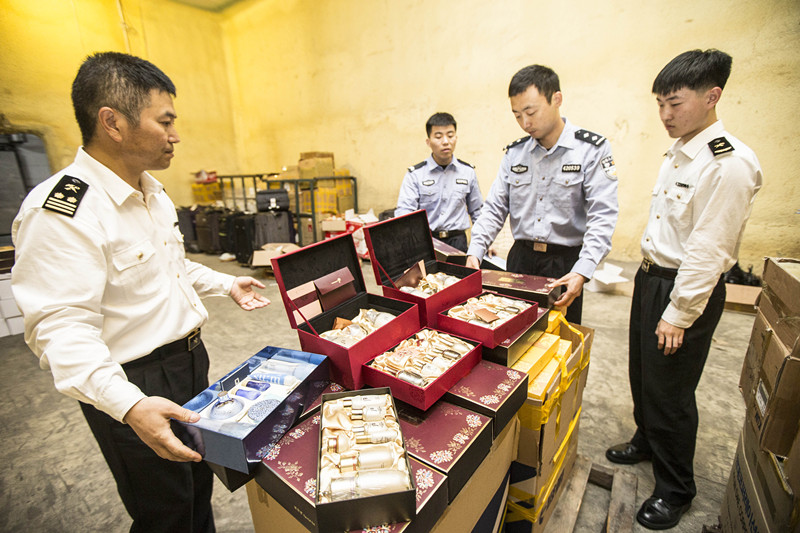青岛海关开展专项行动 打掉3个水客走私团伙