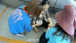 40秒|聊城火车站一女子突然倒地 众人合力救助