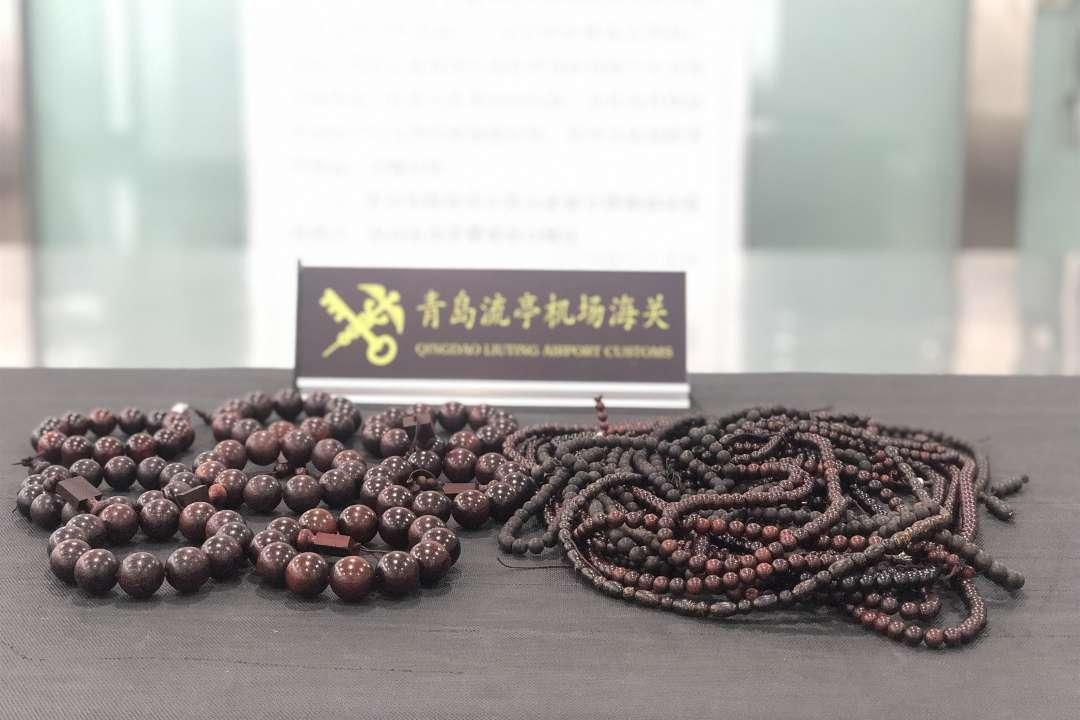 青岛流亭机场海关查获疑似檀香紫檀制品25件