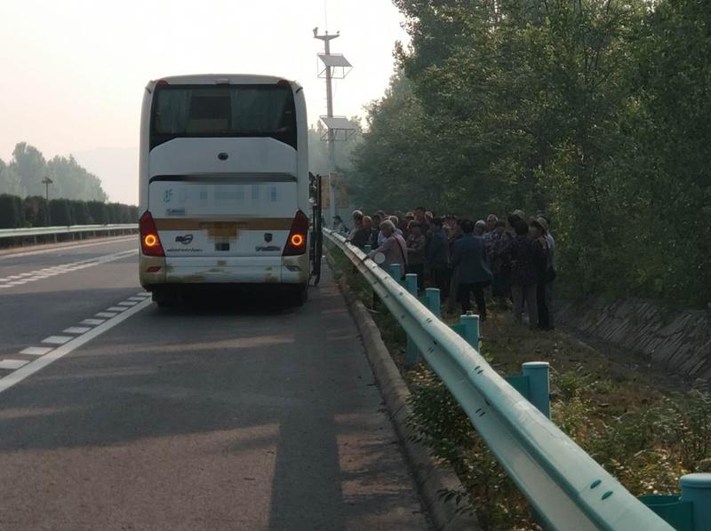 旅游大巴故障致50多名乘客滞留高速 青岛交警及时救助