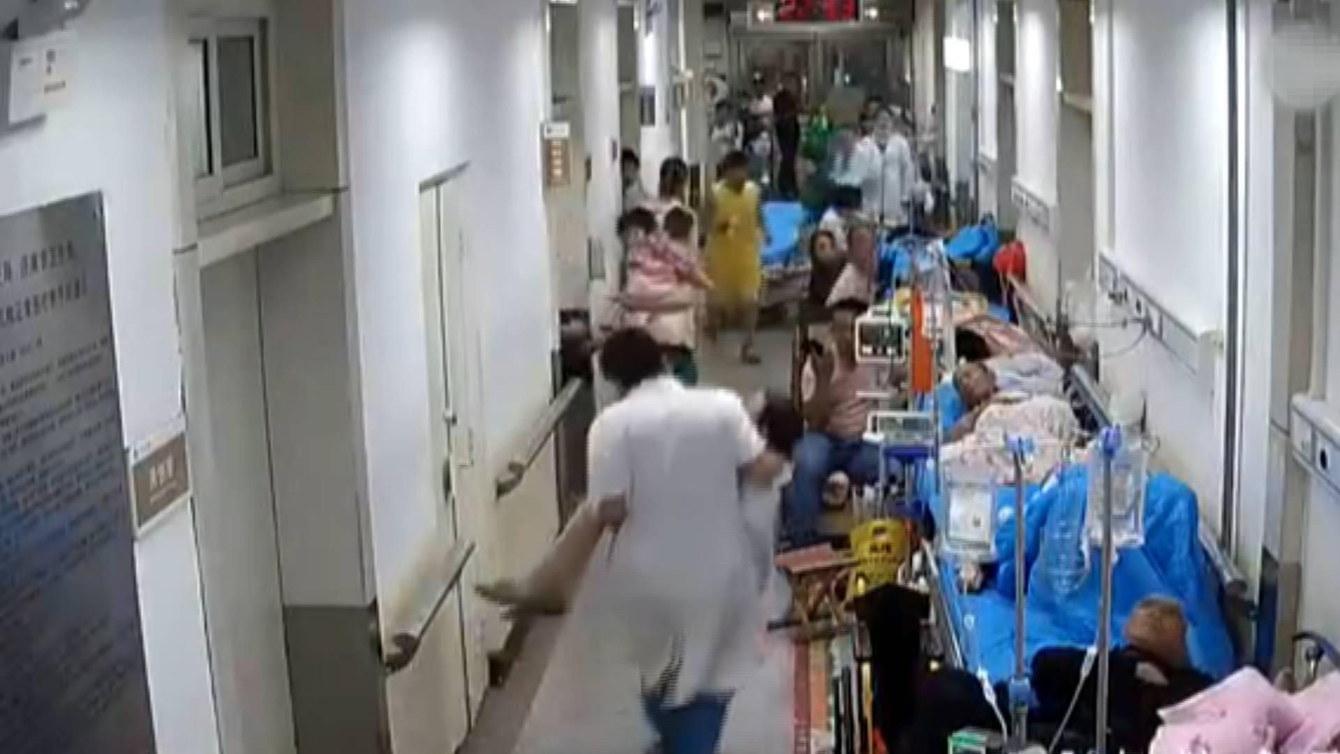 41秒丨济南:值班医生化验室内晕倒 同事钻窗抢救