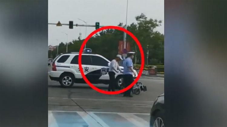 23秒丨暖心!博兴一老人推着轮椅蹒跚过马路 警车帮其挡住过往车流