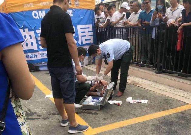济南一小区交房现场业主被砍?警方通报:与保安发生争执被划伤