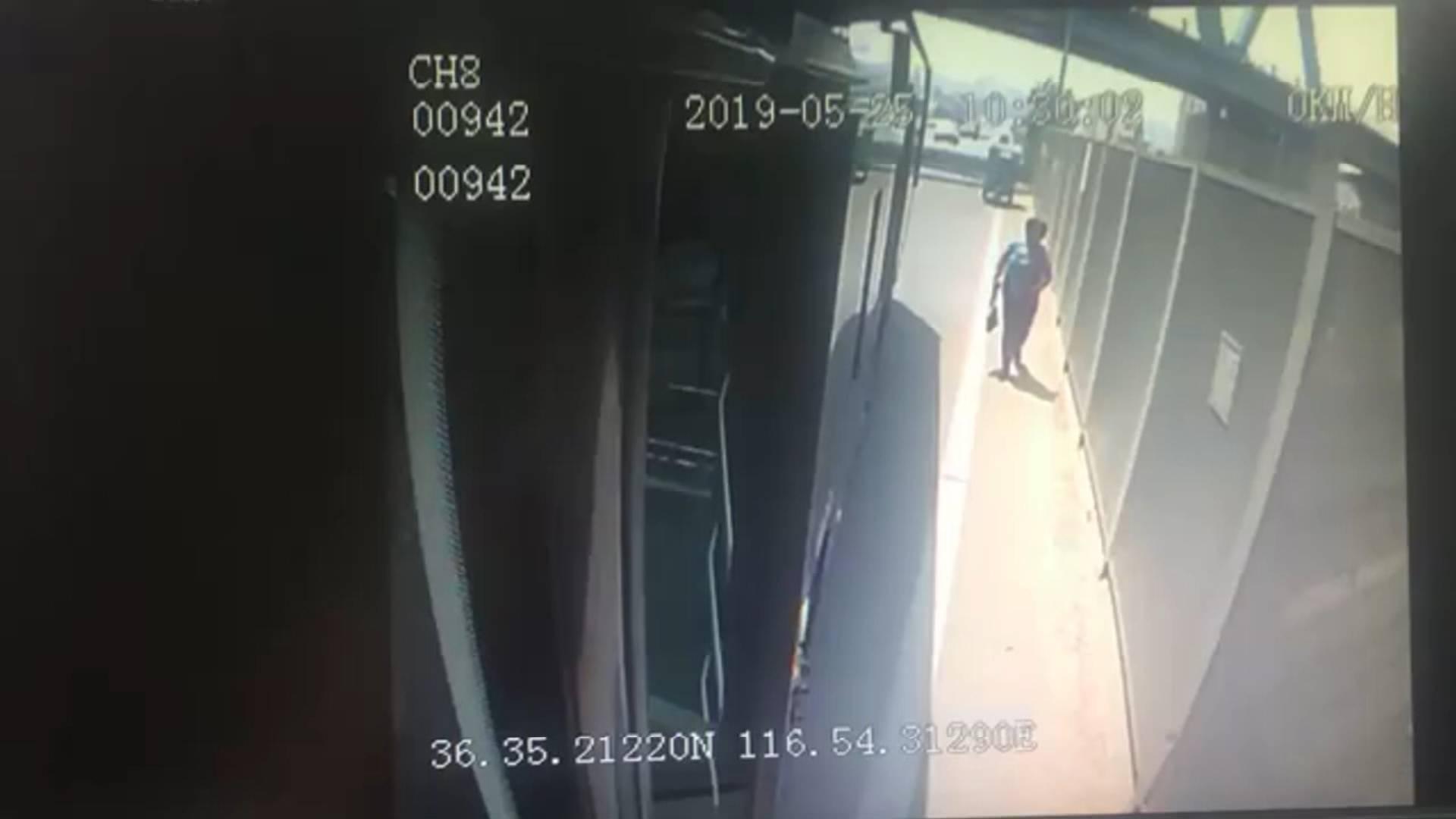19秒丨济南街头一电动三轮起火 公交司机拎起灭火器及时施援