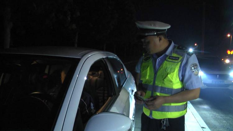 23秒丨面对菏泽交警的五连问,酒驾司机乖乖低头认错