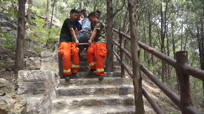 济南八旬老人被困山顶两天 消防队员徒步上山成功救援