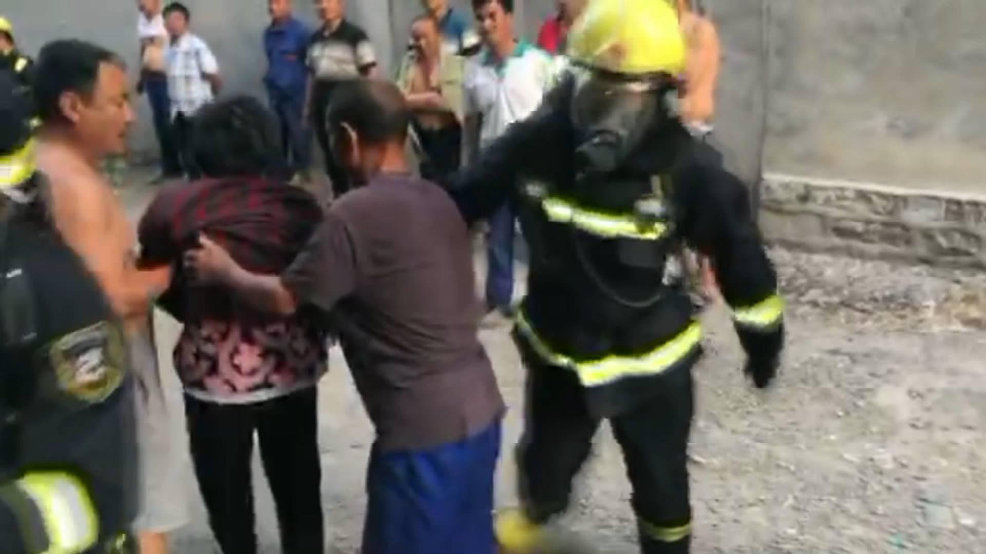 15秒丨厨房煤气罐着火致6旬老人被困 消防5分钟控制火情