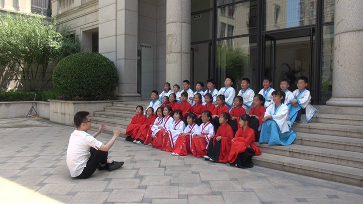 山东台主持人小朱带孩子们背诵屈原诗句:媒体人有责任传承中华传统优秀文化
