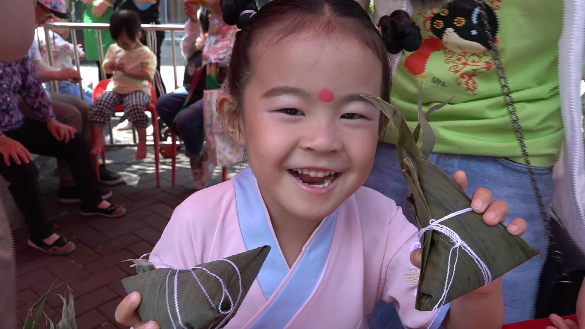童心未泯,山东台女主持美琪和小朋友比赛包粽子,结果尴尬了