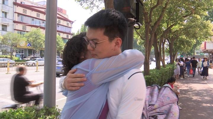 145秒丨高考特写:这一刻,拥抱是最长情的告白