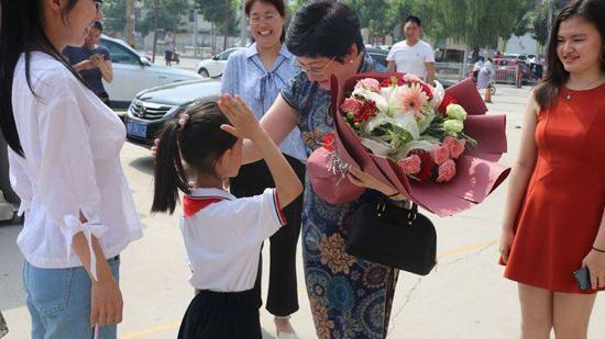 助推家乡教育事业!她40多年后回到菏泽 为母校捐款200万元