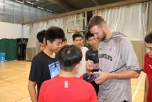 莫泰与维珍妮参加篮球交流活动 身穿山东男篮球衣