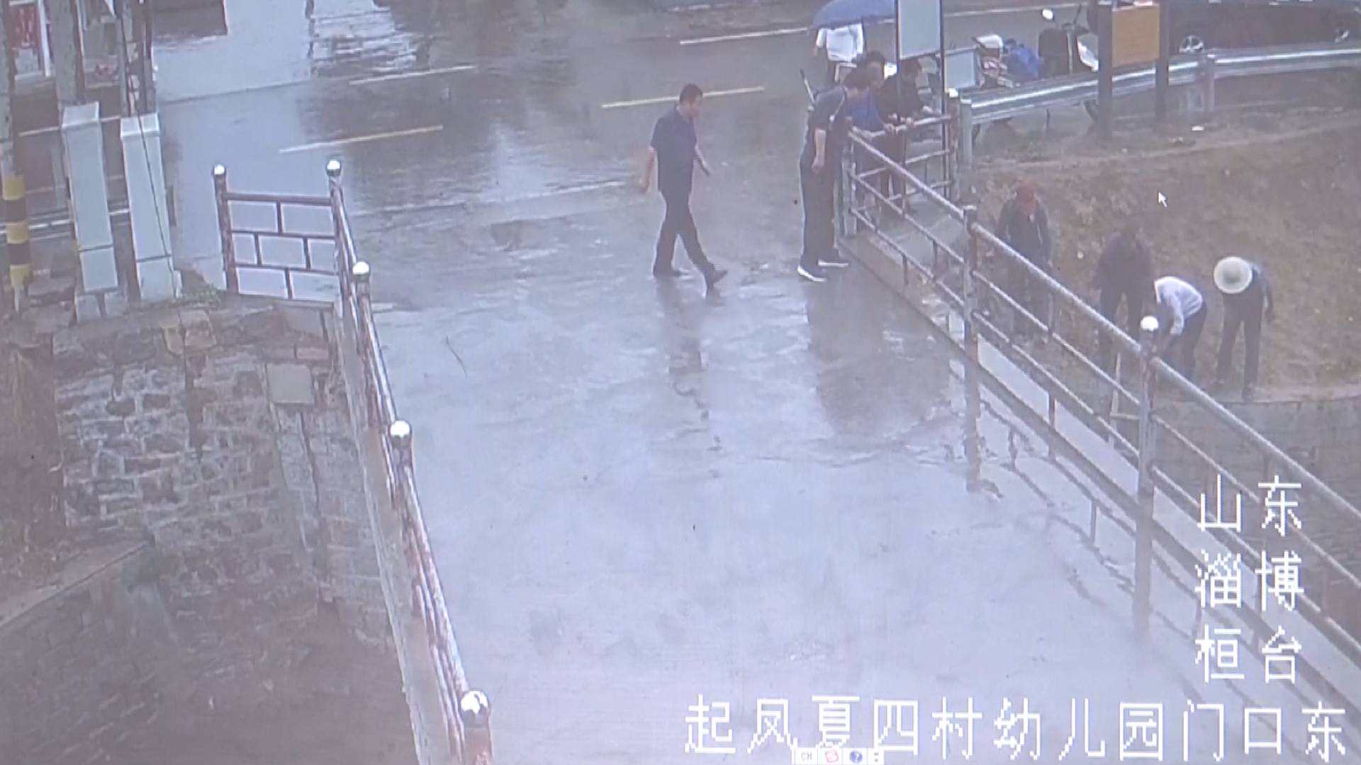 62秒丨现场视频!淄博七旬老人不慎掉进河里 众人合力救人