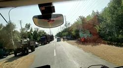 49秒|马路晒麦惹祸!两车相撞货车旋转180度险侧翻 司机被困