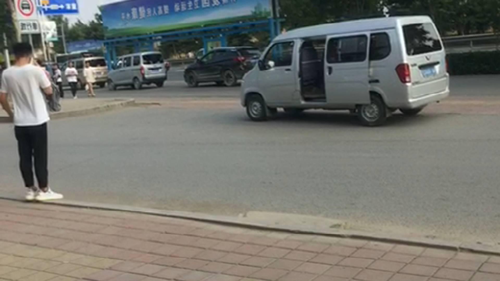 """济南:学校周边""""黑车""""疯狂逆行载人 第二天集体""""消失"""""""