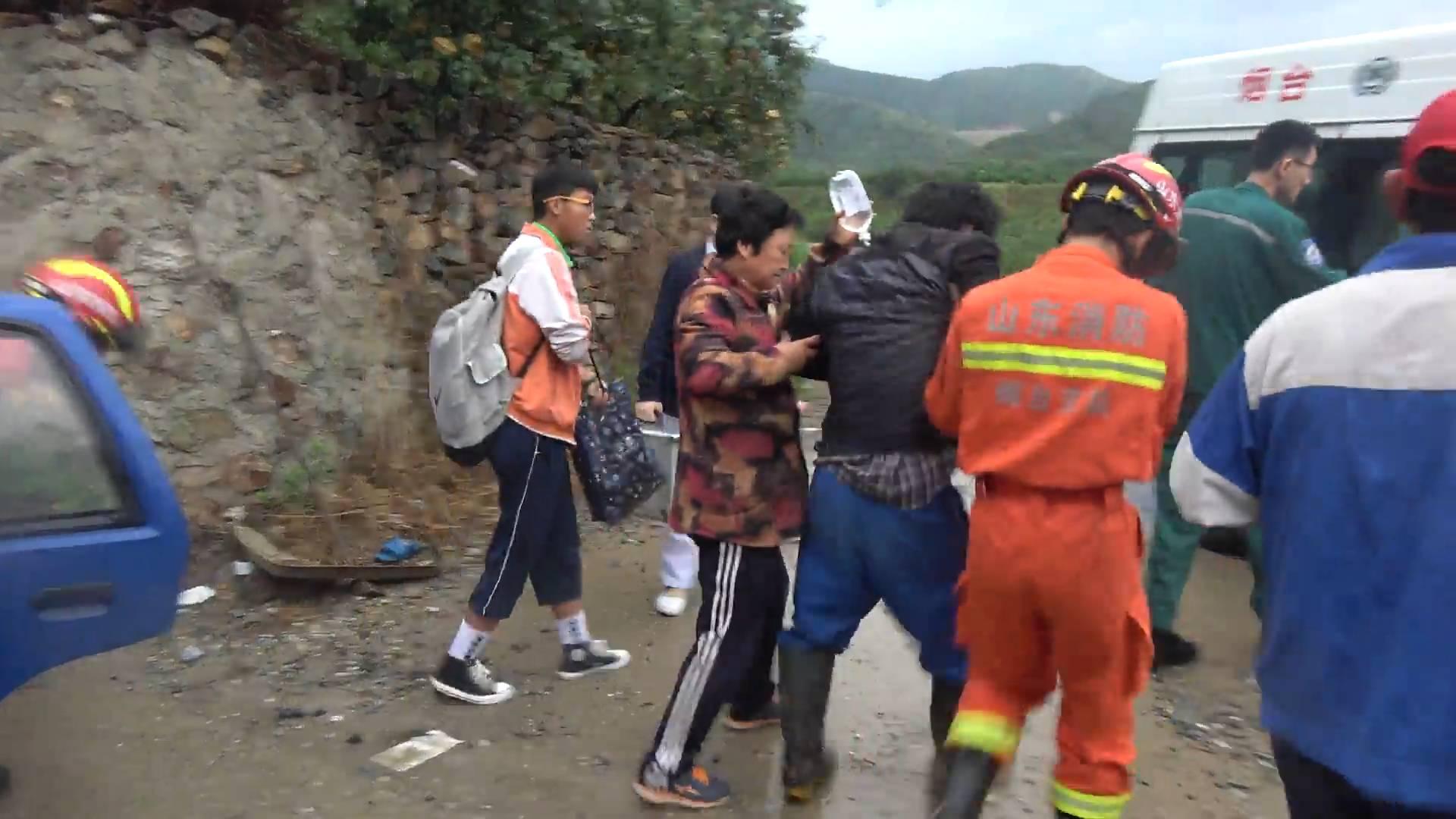 28秒丨陡坡滑车撞墙上司机被困 车头面目全非